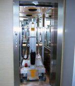 Niewielkie wymiary po złożeniu pozwalają na transport podnośnika nawet windą osobową.