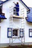Możliwość przysunięcia rusztowania do ściany z zamontowanym stabilizatorem.