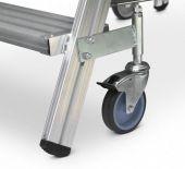 4 rolki jezdne (125 mm) samoblokujące się po obciążeniu pomostu. (dwie rolki wyposażone w hamulec).