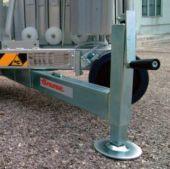 Stabilizatory z niwelatorem nierówności pozwalają wypoziomować rusztowanie  na pochyłościach i nierównościach terenu.