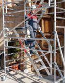 Zestaw ze schodami i poręczamiumożliwia wygodniejsze przemieszczanie się po rusztowaniu.
