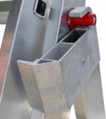 Specjalne obejmy wykonane z wysokiej jakości materiału. Ich konstrukcja pozwala na ustawienie drabiny na schodach lubpochyłościach terenu.