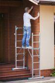 Ustawisz swój podest nie tylko na płaskiej i równej powierzchni, ale również na schodach i pochyłościach terenu.