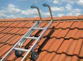 Kółka z gumową nakładką ułatwiają wsunięcie drabiny po połaci dachu.