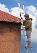 Stosowany przy konieczności oparcia drabiny np. pod okapem dachu.