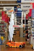 Podnośnik PKS 65 idealny przy pracach  w supermarketach, przy wymianie, oznakowania, ozdób itp.
