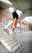 System prowadnic umożliwi Ci ustawienie drabiny na schodach i pochyłościach terenu.