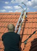 Po wsunięciu drabiny na odpowiednią wysokość wystarczy ją obrócić i drabina jest zaczepiona o kalenice dachu.