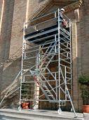 Profesjonalne rusztowanie aluminiowe ze schodami TopSystem firmy Faraone.