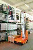 Kosz obrotowy o wymiarach 60x65 cm przydatny do prac w magazynach, pasażach marketów itp. Możliwość pracy po trzech stronach – nie ma potrzeby przemieszczania maszyny.